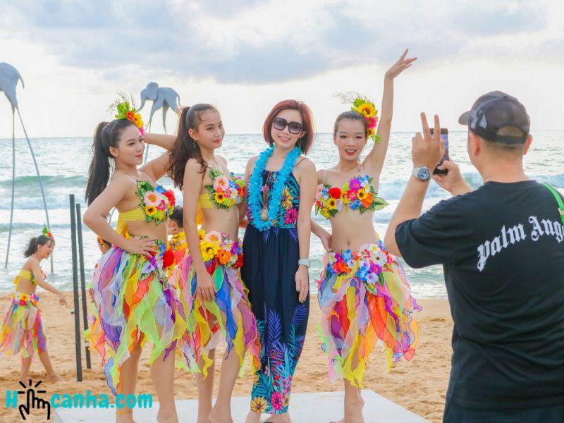 chụp hình với vũ công