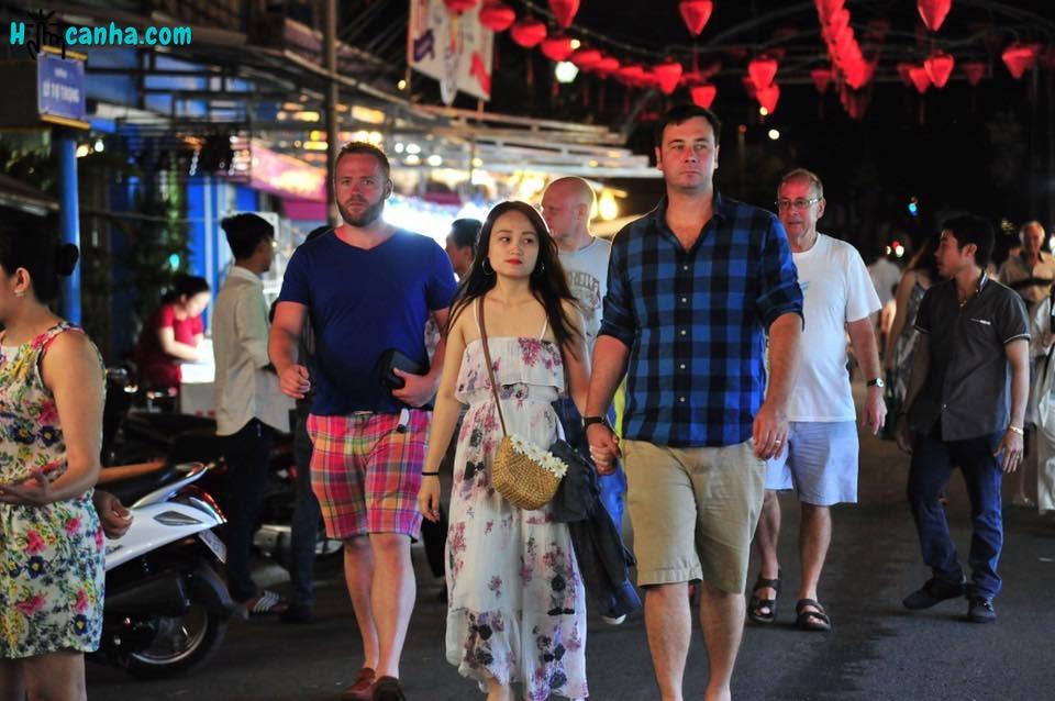 khách du lịch tại chợ đêm phú quốc