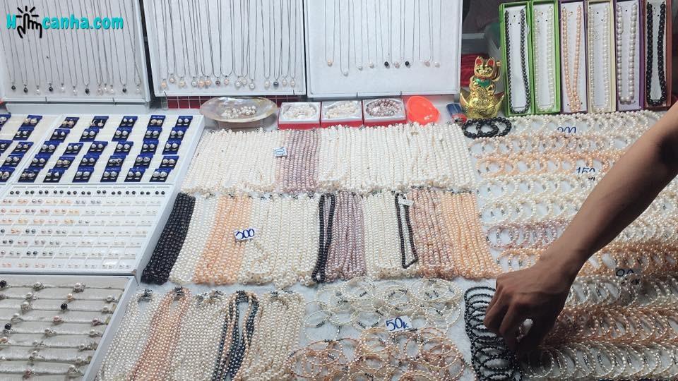các gian hàng ngọc tại chợ đêm phú quốc